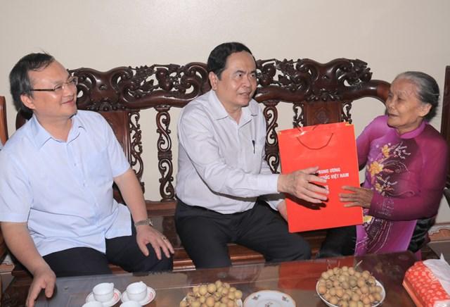 Chủ tịch Trần Thanh Mẫn thăm, tặng quà gia đình bà Phạm Thị Vách, 80 tuổi.
