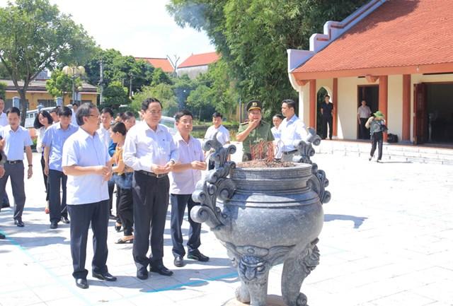 Chủ tịch Trần Thanh Mẫn và đoàn dâng hương tại Nhà lưu niệm cố Tổng Bí thư Nguyễn Văn Linh.