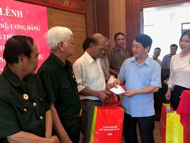 Phó Chủ tịch - Tổng Thư ký Hầu A Lềnh thăm hỏi và tặng quà đại diện gia đình chính sách, người có công tại Sa Pa.