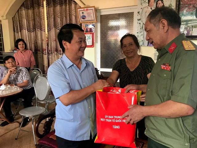 Phó Chủ tịch - Tổng Thư ký Hầu A Lềnh thăm gia đình cựu chiến binh nhân ngày Thương binh - Liệt sỹ 27-7.
