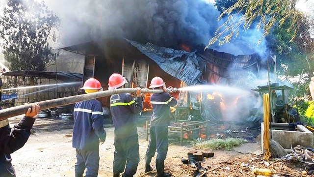 Lực lượng chức năng đang chữa cháy.