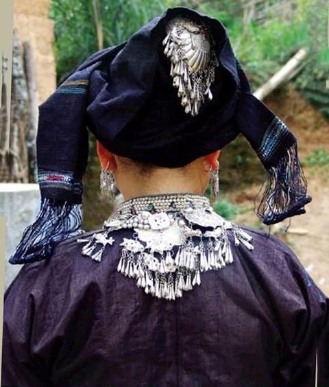 Các chi tiết trang trí bằng bạc trên trang phục.