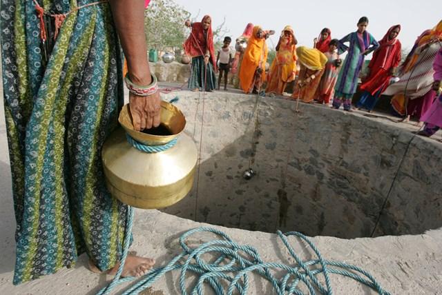 Giếng cạn khô, người dân Ấn Độ gặp khó khăn trong những tháng hè đằng đẵng. Nguồn: NY Times.