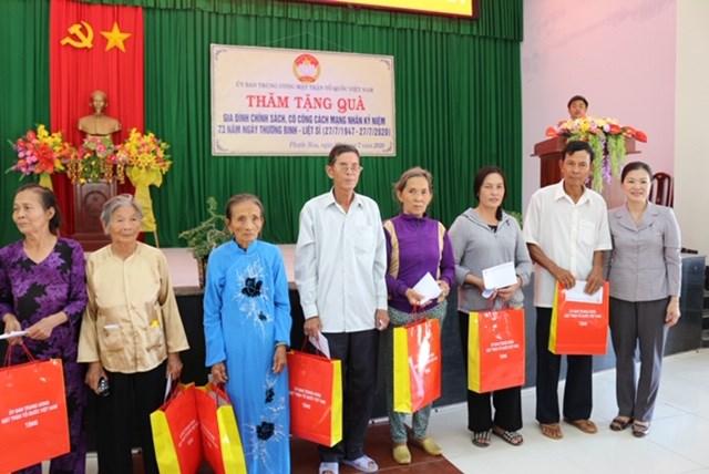 Phó Chủ tịch Trương Thị Ngọc Ánh trao tặng quà cho các gia đình chính sách, người có công tại xã Phước Hòa, huyện Tuy Phước.