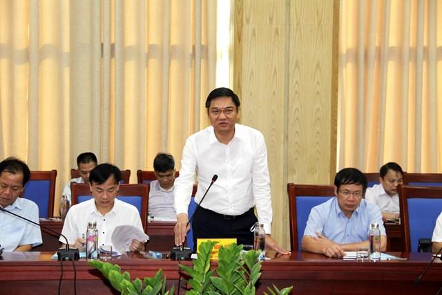 Ông Hoàng Nghĩa Hiếu, Phó Chủ tịch UBND tỉnh Nghệ An báo cáo công tác thực hiện chính sách pháp luật về bảo vệ môi trường gắn với biến đổi khí hậu.