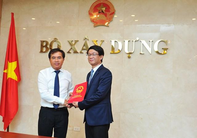 Thứ trưởng Bộ Xây dựng Lê Quang Hùng trao Quyết định bổ nhiệm ông Trần Quốc Thái (phải).