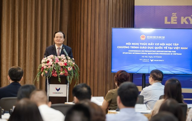 """Bộ trưởng Bộ GD&ĐT Phùng Xuân Nhạ nhấn mạnh: """"Đây cũng là cơ hội để các trường trong nước và quốc tế kết nối, đưa ra chương trình đào tạo phù hợp và chất lượng""""."""