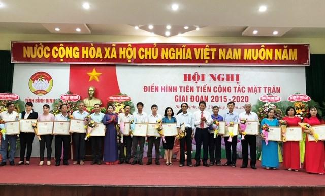Chủ tịch Ủy ban MTTQ Việt Nam tỉnh Nguyễn Thị Phong Vũ trao Bằng khen cho đại diện 18 tập thể tiêu biểu.