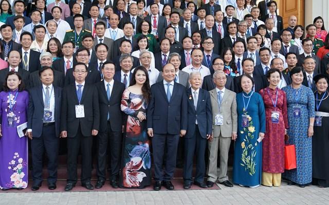 Thủ tướng Nguyễn Xuân Phúc chụp ảnh lưu niệm với các đại biểu tại cuộc gặp mặt các đại biểu trí thức, nhà khoa học, văn nghệ sĩ.