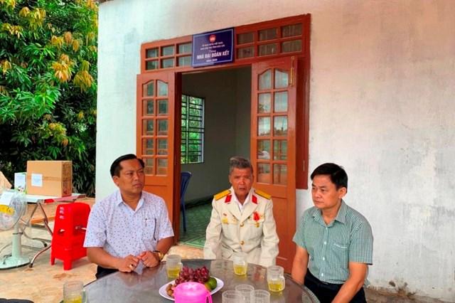 Ủy ban MTTQ Việt Nam huyện Ea Súp bàn giao nhà Đại đoàn kết cho gia đình ông Phạm Văn Vậy.