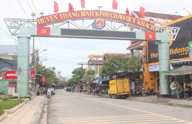 Một số tuyến đường ở huyện Thăng Bình vắng phương tiện đi lại.