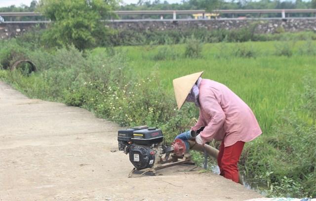 Một số người dân nông thôn vẫn ra đồng làm đồng áng.