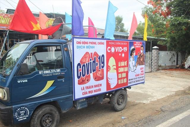 Các xe lưu động đi tuyên truyền phòng chống dịch Covid-19.