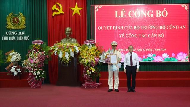 Chủ tịch UBND tỉnh Thừa Thiên - Huế tặng hoa chúc mừng Thượng tá Nguyễn Thanh Tuấn.