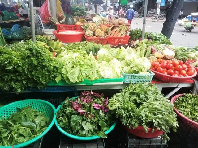 Các loại rau, củ dồi dào tại các chợ phục vụ cho người dân.