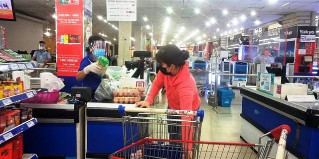 Người dân đến siêu thị mua hàng không quá đông.