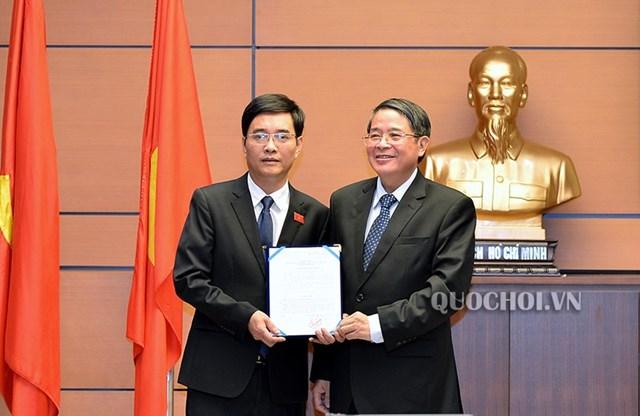 Ông Nguyễn Đức Hải trao quyết định cho ông Hoàng Quang Hàm.