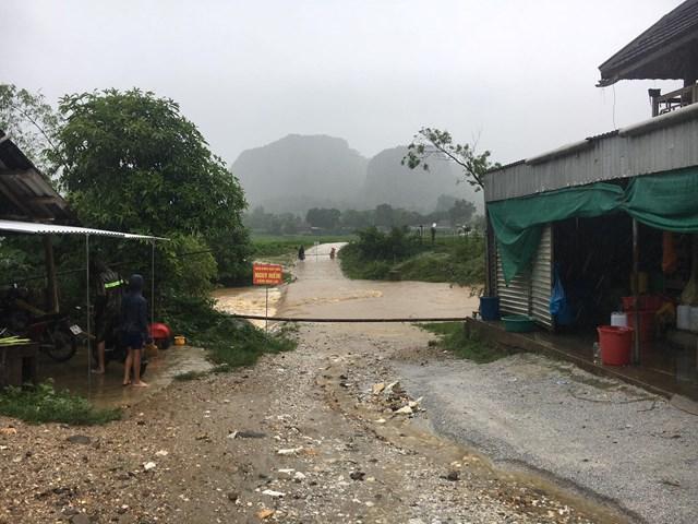 Cầu tràn Bản Chọng, xã Châu Lý, huyện Quỳ Hợp (Nghệ An) bị ngập, cơ quan chức năng phải cấm phương tiện qua lại.