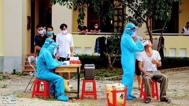 Cơ quan chức năng Nghệ An lấy mẫu xét nghiệm Covid-19 cho nhiều người trở về từ Đà Nẵng.