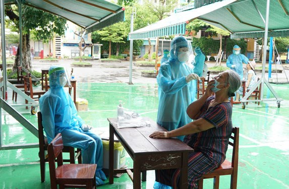 Nhân viên y tế lấy mẫu xét nghiệm cho người dân (sáng 31/7) ở khu vực gần 3 bệnh viện tại Đà Nẵng bị phong tỏa Ảnh: Anh Phiệt.