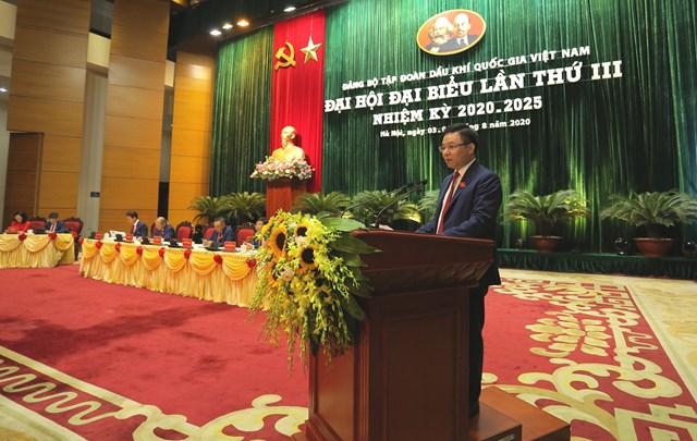 Ông Lê Mạnh Hùng trình bày báo cáo tại đại hội.