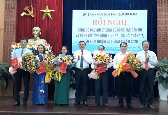 Bí thư Tỉnh ủy Phan Việt Cường (ở giữa) tặng hoa chúc mừng các cán bộ được bổ nhiệm.