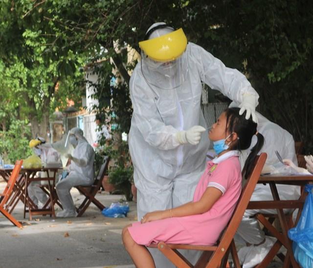 CDC Quảng Nam lấy mẫu xét nghiệm Covid-19.