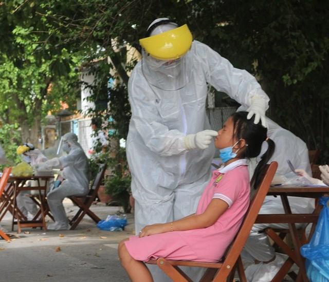 Người dân khu dân cư Lưu Minh được lấy mẫu xét nghiệm Covid-19.