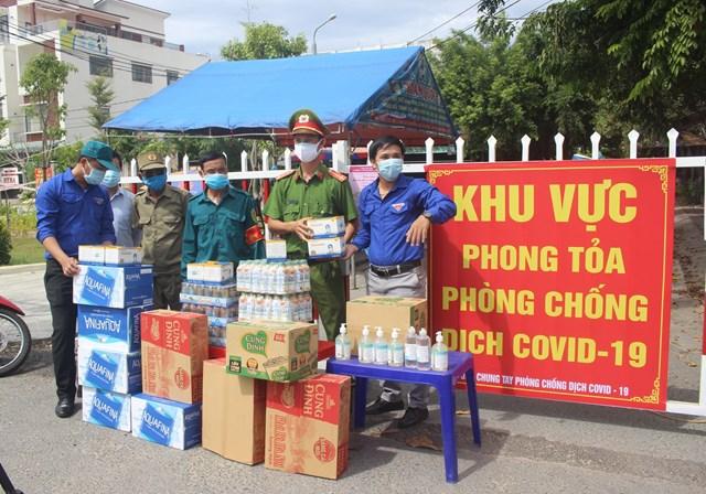 Các đoàn hỗ trợ đến trao tặng quà cho các chốt chặn khu dân cư.