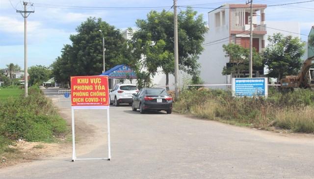 Mọi đường dẫn vào khu dân cư Lưu Minh được chốt chặn.