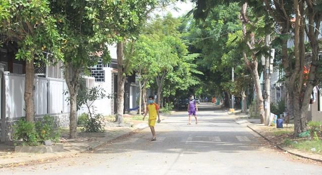 Một số người dân trong khu dân cư Lưu Minh đi ra ngoài hít thở không khí.