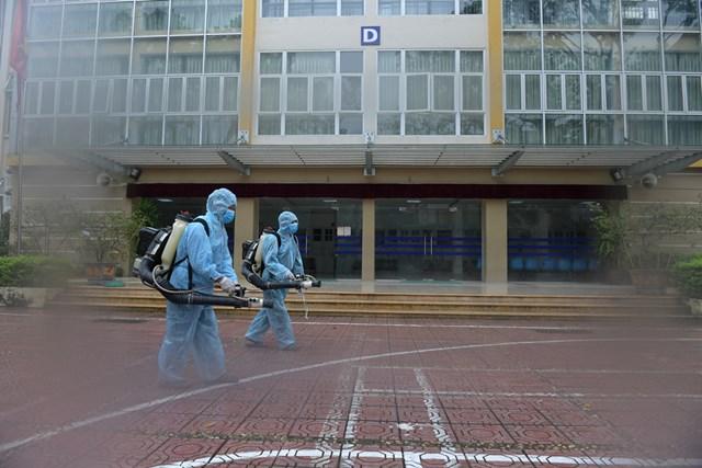 Phun khử khuẩn đảm bảo an toàn tuyệt đối cho thí sinh dự thi.Ảnh: Phạm Quang Vinh.