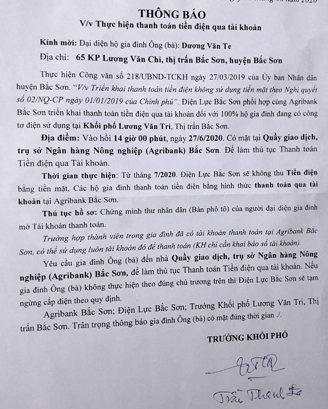"""Thông báo về việc thanh toán tiền điện qua tài khoản ngân hàng có ngôn ngữ """"dọa cắt điện"""" khiến người dân thị trấn Bắc Sơn bất bình."""