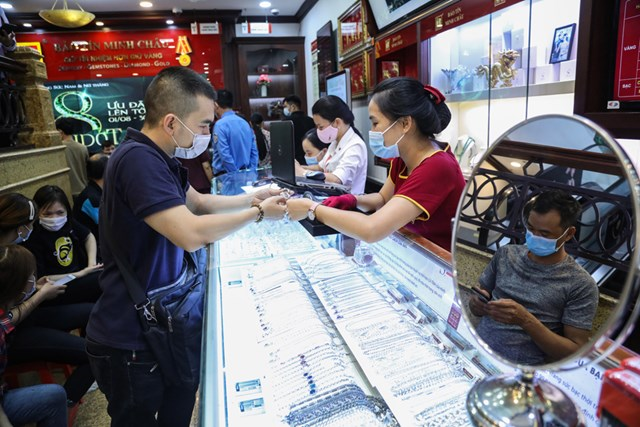 Người dân mua bán vàng ngày 6/8. Ảnh: Quang Vinh.