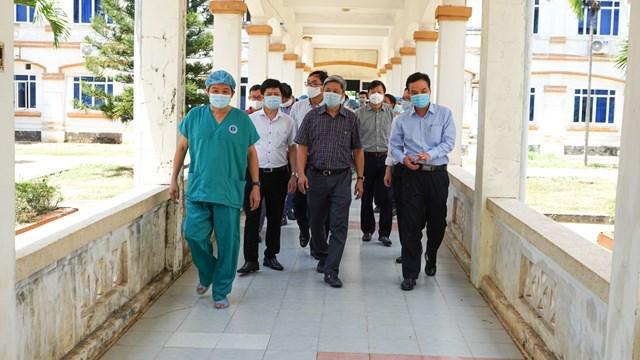 Thứ trưởng Bộ Y tế Nguyễn Trường Sơn kiểm tra các cơ sở y tế ở Quảng Ngãi.