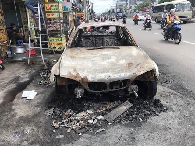 Xe ô tô hiệu BMW bị cháy rụi trơ khung.