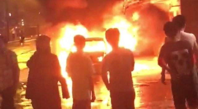 Hiện trường xe ô tô bất ngờ bị bốc cháy trên đường.