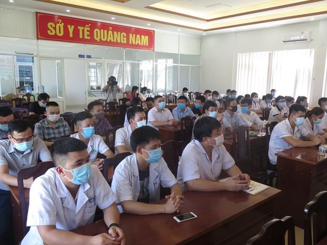 Đoàn y tế tỉnh Phú Thọ đang tập trung nghe các hướng dẫn.