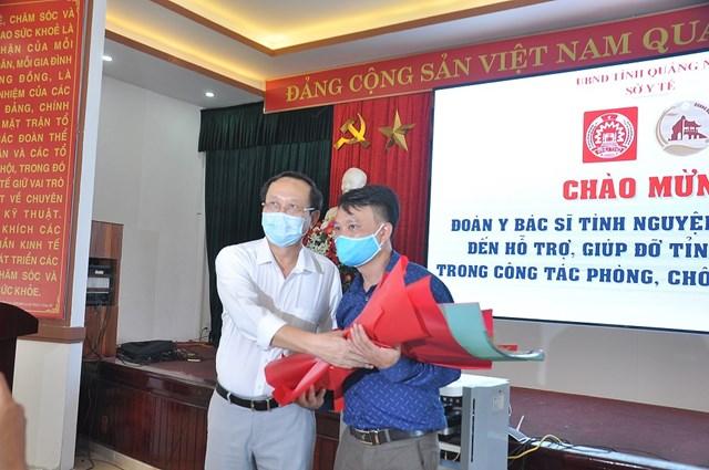 Lãnh đạo Sở Y tế tỉnh Quảng Nam tặng hoa chúc mừng đoàn y tế tỉnh Phú Thọ.