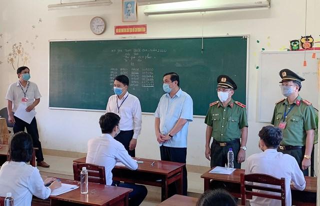 Ông Phan Việt Cường, Bí thư Tỉnh ủy Quảng Nam (ở giữa) kiểm tra công tác thi tốt nghiệp THPT năm 2020.