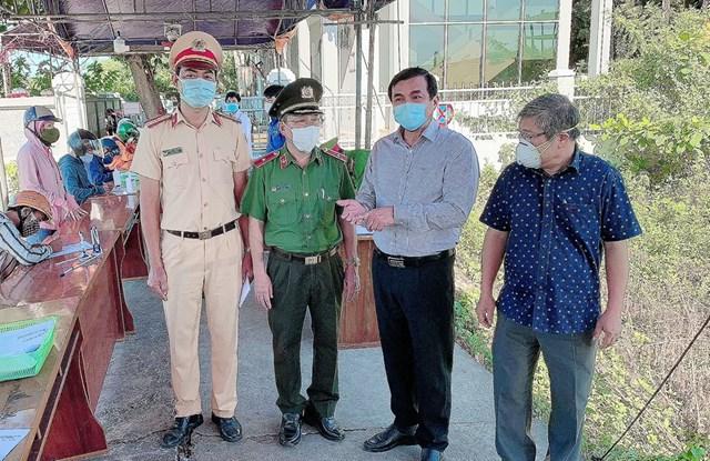 Bí thư Tỉnh ủy Quảng Nam, lãnh đạo Công an tỉnh kiểm tra các chốt kiểm dịch Covid-19.