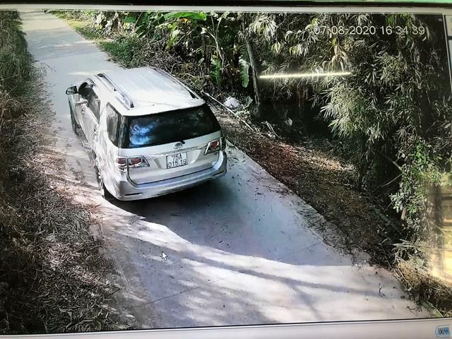 Hình ảnh camera an ninh ghi lại xe ô tô chạy dọc tuyến đường liên thôn, liên xã để tránh chốt kiểm dịch.