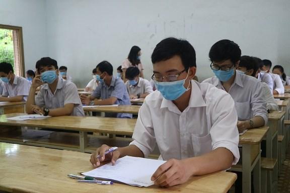 Các thí sinh tại TP Nha Trang dự thi môn Ngữ văn vào sáng 9/8.