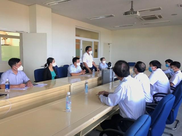 TS Mai Văn Mười thăm hỏi các y, bác sĩ BVĐK TƯ Quảng Nam.