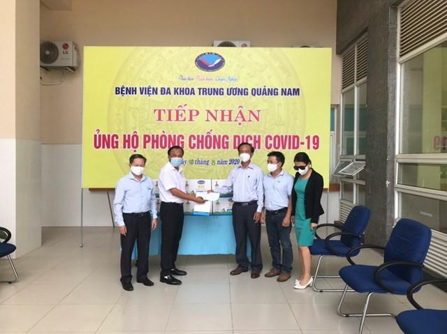 TS Mai Văn Mười trao tiền hỗ trợ cho các y, bác sĩ BVĐK TƯ Quảng Nam.