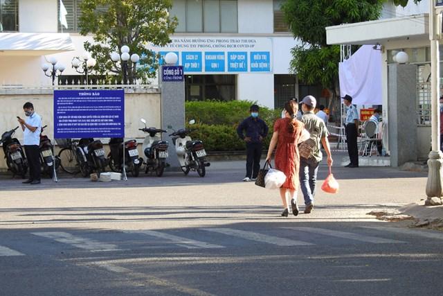 Bệnh viện C Đà Nẵng đón bệnh nhân đến khám, điều trị, sáng 10/8. Ảnh: Thanh Tùng.