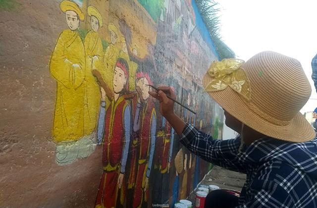 Để thực hiện con đường này, huyện Phúc Thọ đã huy động các giáo viên Mỹ thuật trên địa bàn phối hợp cùng các họa sỹ lên ý tưởng.
