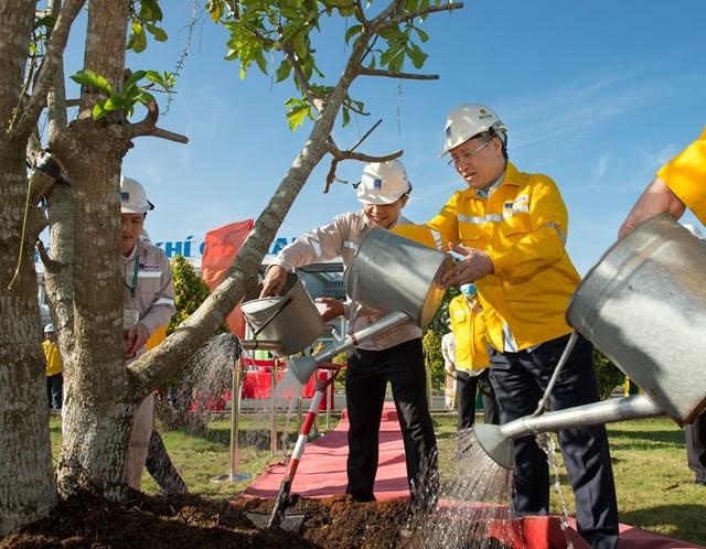 Thường trực Ban Bí thư Trần Quốc Vượng trồng cây lưu niệm tại Nhà máy Đạm Cà Mau