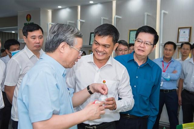 Thường trực Ban Bí thư Trần Quốc Vượng trao đổi với Tổng Giám đốc PVCFC Văn Tiến Thanh.