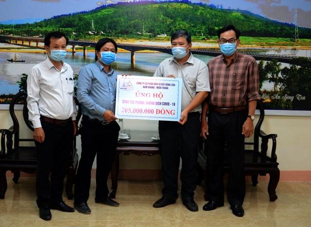 Ông Bùi Đức Thọ tiếp nhận tài trợ từ Công ty CP đầu tư Bất động sản Nam Khang miền Trung.